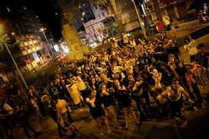 Dezenas de pessoas saíram as ruas vestidas de Zumbi.